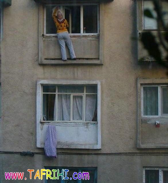 اين خانومه چه جراتي داره اونجا رفته شيشه پاک کنه